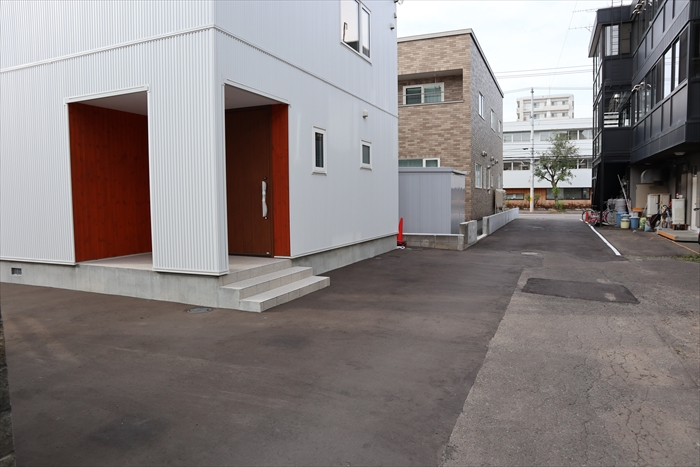 建物の横(道路側)にも車1台置けるスペース(1.7m×6.0m)を確保してます